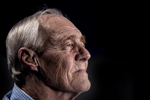 Adaptan un programa de educación comunicativa para adultos mayores con hipoacusia