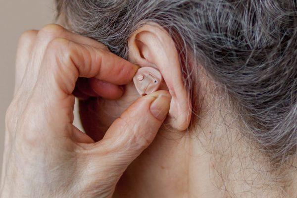 Academia advierte riesgos en la adherencia al tratamiento de la hipoacusia del adulto mayor durante la pandemia